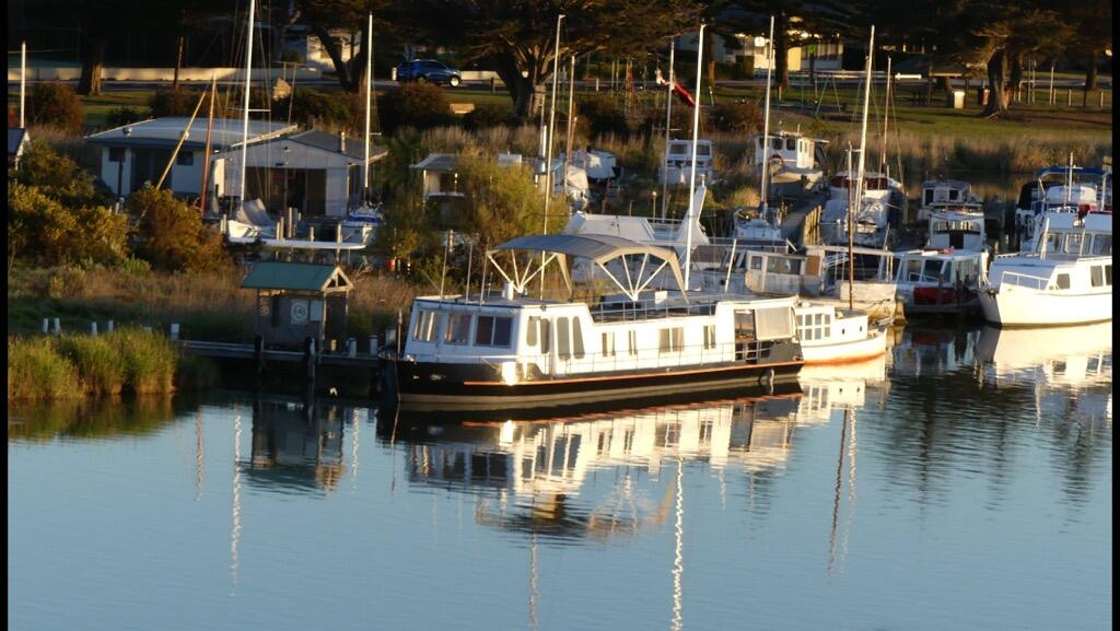 Swamp Fox luxury 2BR Dutch Barge - Yamba Accommodation